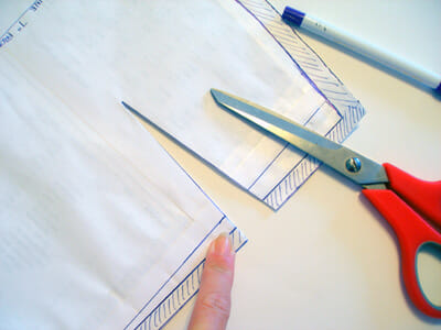 How to mark darts.  Part of the Sew A Skirt beginners tutorial series from So Sew Easy.  I never thought of doing it this way - quick, easy and accurate!