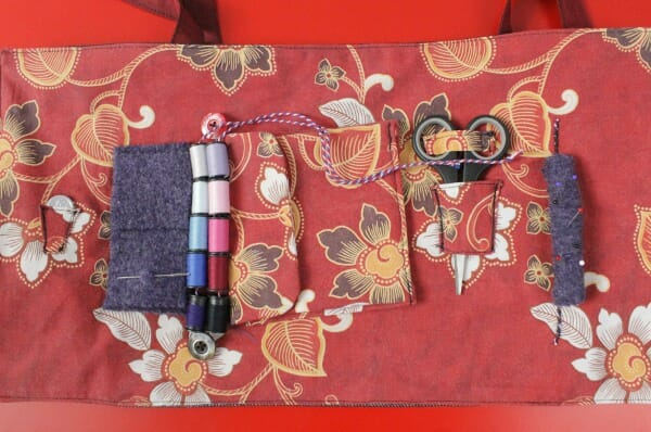 A Travel Sewing Bag. Free Pattern.  How to make a roll up bag to carry your sewing tools and your current sewing project.  Nice idea. Easy to customise to fit whatever you want to carry.