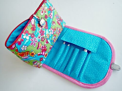 Free pattern and video tutorial to make this cute cosmetics bag with brush  roll attached. 4451615747a8f
